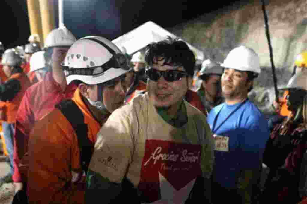 El minero Pedro Cortez momentos después del rescate de la mina de San José.