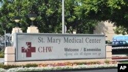 មន្ទីរពេទ្យ សេនធ៍ មែរី (St. Mary Medical Center) ក្នុងក្រុងឡុងប៊ិច រដ្ឋកាលីហ្វ័រញ៉ា ជាទីដែលមានការរៀបចំសន្និបាតស្តីពីសុខភាពលើកទី៧នៅថ្ងៃសៅរ៍ទី៨ខែតុលា។ ផ្លាកសញ្ញារបស់មន្ទីរពេទ្យមានសរសេរពាក្យស្វាគមន៍ជាភាសាខ្មែរ។