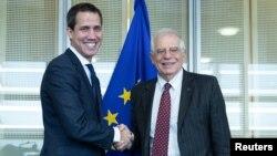 Pemimpin oposisi Venezuela Juan Guaido (kiri) bertemu Kepala Kebijakan LN Uni Eropa Josep Borrell di Brussels, Belgia hari Rabu (22/1).