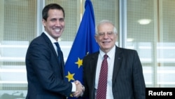 El jefe de política exterior de la Unión Europea, Josep Borrell, (derecha) saluda al presidente encargado de Venezuela, Juan Guaidó, antes de una reunión en la sede de la UE. Enero 22, 2020. Foto: Reuters.