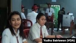 Para petugas di TPS 16 Gandekan, Solo hari Rabu 27/6 (VOA/Yudha Satriawan).