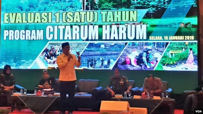 """Gubernur Jawa Barat Ridwan Kamil berbicara dalam rapat evaluasi satu tahun """"Citarum Harum"""" di Bandung, Selasa (15/1). Dia mengatakan akan membuat kantor tunggal bagi Satgas Citarum guna memangkas koordinasi. (VOA/Rio Tuasikal)"""