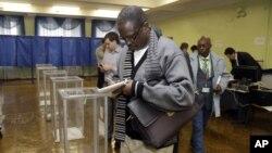 Наблюдатели из Нигерии на одном из избирательных участков в Киеве. Около 3500 тысяч международных наблюдателей прибыло в Украину, где проходят парламентские выборы.