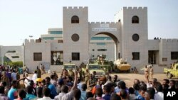 在蘇丹國防部外,示威者聚集抗議軍方宣布總統奧馬爾•巴希爾將被軍方領導的過渡委員會取代。(2019年4月12日)