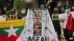 ພວກນັກເຄື່ອນໄຫວພາກັນສະແດງປ້າຍຄໍາຂວັນ ແລະຂີດຂ້າໜ້າຂອງນາຍພົນ Min Aung Hlaing ຜູ້ບັນຊາການທະຫານມຽນມາ ຢູ່ໃນການໂຮມຊຸມນຸມຕໍ່ຕ້ານການລັດຖະປະຫານ ຢູ່ນະຄອນຈາກາຕາ ຂອງອິນໂດເນເຊຍ, ວັນທີ 24 ເມສາ, 2021