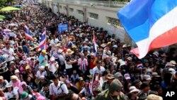 Des manifestants à Bangkok devant la résidence du Premier ministre Yingluck Shinawatra le 22 décembre 2013 (AP / Win Mya).
