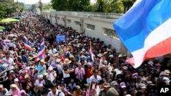 ထိုင္းအစိုးရကို ဆန္႔က်င္ကန္႔ကြက္ေနသူေတြ ဝန္ႀကီးခ်ဳပ္ Yingluck Shinawatra အိမ္ေရွ႕မွာ ဝန္ႀကီးခ်ဳပ္ႏုတ္ထြက္ဖို႔ ေတာင္းဆိုေနၾကစဥ္။ ဒီဇင္ဘာ ၂၂၊ ၂၀၁၃။