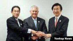 G20 외교장관회의 참석차 독일 본을 방문한 렉스 틸러슨 미국 국무장관(가운데), 윤병세 외교장관(오른쪽), 기시다 후미오 일본 외무상이 2월 16일 3국 외교장관회담을 가진 자리에서 기념사진을 촬영했다.