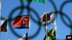 北韓與日本國旗並排在2018冬季奧運會奧運村飄揚(美聯社)