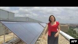 Direktorka eko-programa, Megan Čepl-Braun ispred solarnih panela na krovu jedne od zgrada univerziteta Džordž Vašington, jun 2011.
