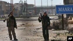 叙利亚自由军士兵在大马士革和阿勒坡之间的高速公路上巡逻以切断政府军的物资运输