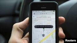 Uber y Lyft ofrecen el mismo servicio que las compañías de taxi pero desde una aplicación para teléfonos inteligentes.