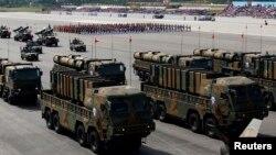 한국 군이 지난 2013년 10월 제65주년 '국군의 날' 시가행진에서 신형 탄도미사일 현무-2와 현무-3을 공개했다. (자료사진)