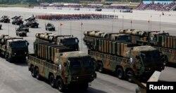한국 군이 지난 2013년 10월 제65주년 '국군의 날' 시가행진에서 국산 탄도미사일 현무-2와 현무-3을 공개했다.