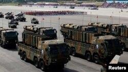 지난 2013년 10월 제65주년 '국군의 날' 시가행진에서 공개된 신형 탄도미사일 현무-2와 현무-3 (자료사진)