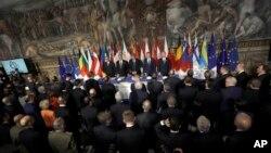 Para ketua panel dari kiri, Presiden Komisi Eropa Jean-Claude Juncker, Presiden Parlemen Eropa Antonio Tajani, PM Italia Paolo Gentiloni, Presiden Dewa Eropa Donald Tusk, dan PM Malta Joseph Muscat menunggu dimulainya pertemuan di Balai Orazi and Curiazi yang terletak di Palazzo dei Conservatori saat pelaksanakan konferensi puncak Uni Eropa hari Sabtu 25 Maret 2017 (foto: AP Photo/Alessandra Tarantino).