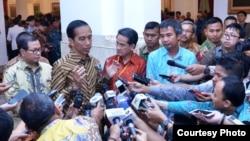 Presiden Joko Widodo memberikan keterangan kepada media di Istana Negara, Jakarta (26/4). (Foto courtesy: Biro Setpres RI).