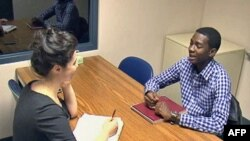 Mladić vežba sa logopedom u klinici Merilendskog univerziteta za lečenje govornih mana.