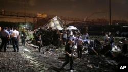 一列通勤火车5月12日晚间在费城附近脱轨,紧急事务部门人员在事故现场展开营救行动。