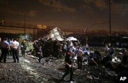 Nhân viên cấp cứu tại hiện trường tai nạn ở Philadelphia.