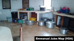 Des réserves d'eau dans un domicile privé à Yaoundé, au Cameroun, le 28 janvier 2017. (VOA/Emmanuel Jules Ntap)
