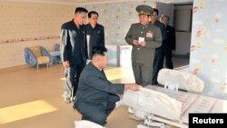 지난 6일 북한 김정은 국방위원회 제1위원장이 평양 문수지구의 아동병원 건설현장을 돌아보고 있다.