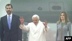 Ðức Giáo Hoàng Benedict XVI vẫy chào khi đến phi trường Lavacolla ở Santiago de Compostela, Tây Ban Nha, ngày 6/11/2010