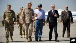 Menteri Pertahanan AS Leon Panetta (tengah kanan) disambut oleh Dutabesar AS untuk Afghanistan Ryan Crocker (kedua dari kanan) dan pemimpin pasukan koalisi NATO Jendral John Alllen (tengah kiri) setibanya di bandara Internasional Kabul, Afghanistan (7/6).