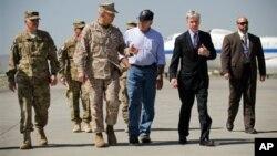 Bộ trưởng Panetta (giữa) nói chuyện với Đại sứ Mỹ Ryan Crocker và Đại tướng John Allen khi ông đến phi trường Kabul trong thủ đô Afghanistan