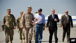 Секретарот Панета во разговор со американскиот амбасадор Рајан Крокер непосредно по пристигнувањето во Авганистан.