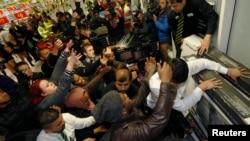 """Kupci se otimaju o artikle na """"crni petak"""" u Vembliju, u severnom delu Londona"""