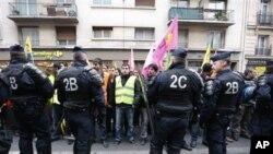 Փարիզում քուրդ երեք կանանց սպանության վայրի մոտակայքում հավաքված քուրդ ակտիվիստներ, 2013թ. հունվարի 10