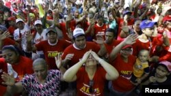 Miles de seguidores de Chávez se concentraron en plazas públicas del país en cadenas de oración. Aquí en la Plaza de Bolívar, Caracas.