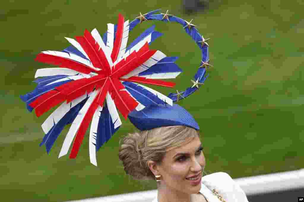 حواشی مسابقه اسبسواری مشهور بریتانیا / زنان جوان با کلاههای قشنگ - مسابقه اسبسواری «رویال اسکات» از سال ۱۷۱۱ توسط «ملکه آن» در بریتانیا بنیان گذاشته شد. این زن با کلاهی به شکل پرچم بریتانیا در مراسم شرکت کرد.