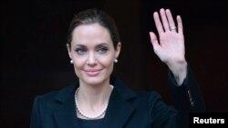 Angelina Jolie mengaku telah melakukan mastektomi ganda untuk mengurangi risiko terkena kanker (foto: dok).