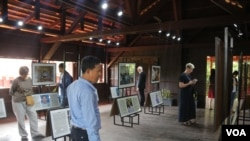 Guests observing the portraits of advocates for peace in Cambodia at the Cambodia Peace Gallery in Battambang. (Hor Singhuo/VOA)