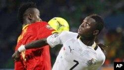 Inkoom Samuel du Ghana, à droite, se dispute un ballon avec Bah Mamadou Dioulde de la Guinée au cours d'un match de la Coupe d'Afrique des nations au stade Franceville, 1er février 2012.