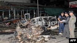 Nhân viên an ninh Thái Lan xem xét hiện trường một vụ nổ ở Sungai Kolok trong tỉnh Narathiwat ở miền nam Thái Lan, ngày 16/9/2011. Gần 5.000 người đã bị tử vong trong các tỉnh Yala, Pattina và Narathiwat kể từ năm 2004.
