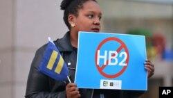 La aprobación de la controversial ley, oficialmente nombrada HB2, provocó un intenso debate nacional sobre los derechos de las personas transgénero.