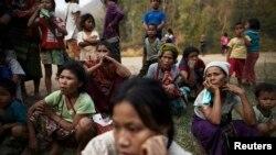 Người tỵ nạn chờ đợi để nhận sự trợ giúp sau khi nhà của họ bị đốt cháy tại trại tỵ nạn Ban Mae Surin gần Mae Hong Son vào tháng Ba năm ngoái.
