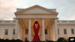 11月30日在白宮北門廊掛上紅絲帶,以紀念世界愛滋病日。