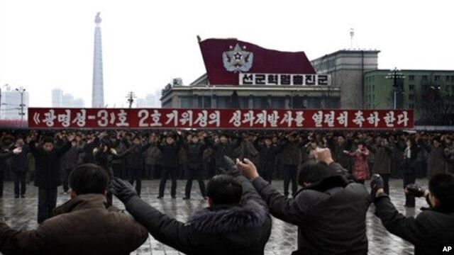 지난 14일 평양에서 장거리 로켓 발사를 축하하는 주민들.