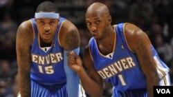 Carmelo Anthony (izq.) dialoga con su ex compañero en Denver Chauncey Billups. Anthony posee un promedio de 25,2 puntos por partido esta temporada.