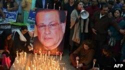 سابق گورنر پنجاب سلمان تاثیر کی یاد میں شمعیں روشن کی جا رہی ہیں۔ فائل فوٹو
