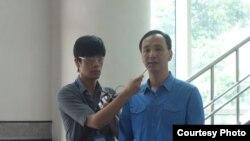 台湾新北市市长朱立伦(右)接受媒体采访(美国之音张佩芝拍摄)