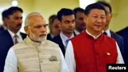 지난해 10월 인도 고아 '브릭스' 정상회의장에서 함께 걷고 있는 시진핑(오른쪽) 중국 국가주석과 나렌드라 모디 인도 총리.