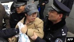 Міліція арештує протестувальника