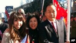 Vincent Wu (derecha) junto a su esposa Yip Lai Fong (centro) y su hija Anna Wu, esperando la llegada del presidente chino Xi Jinping a Los Ángeles.