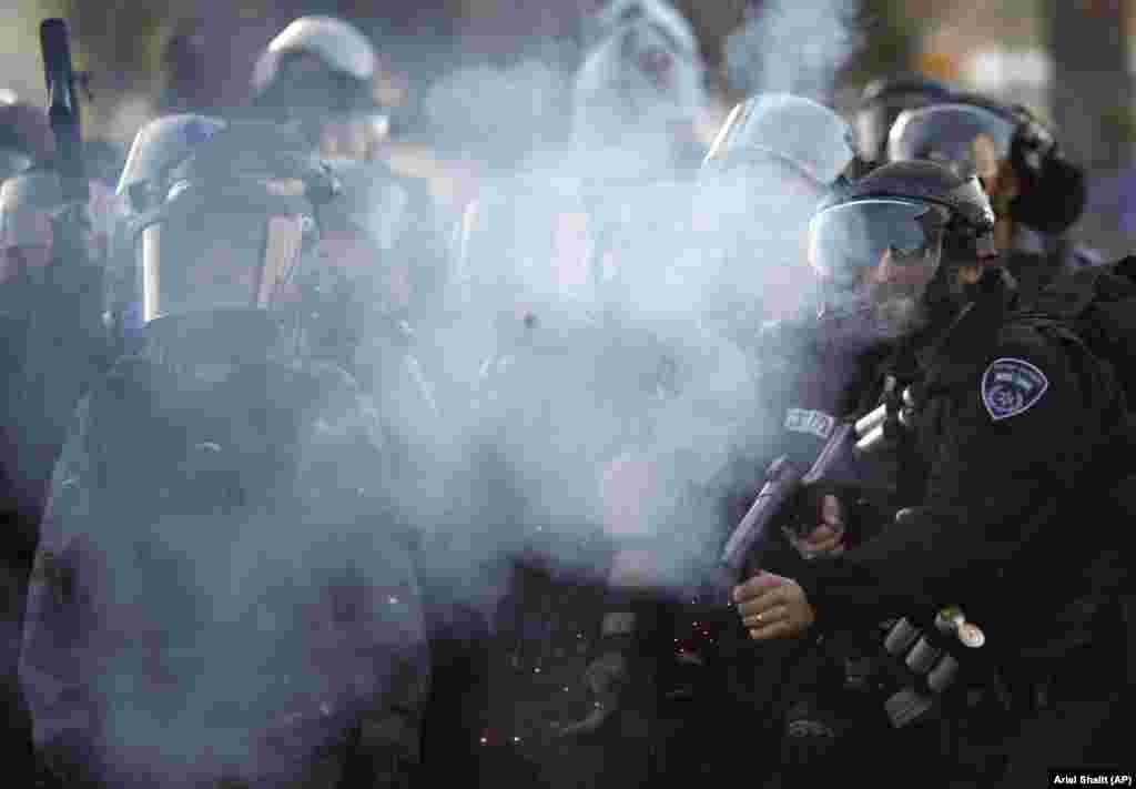 Поліцейські застосовують сльозогінний газ проти учасників мітингу на підтримку бедуїнів.