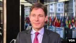 Trợ lý Ngoại trưởng về Dân chủ, Nhân quyền, và Lao động Tom Malinowski.